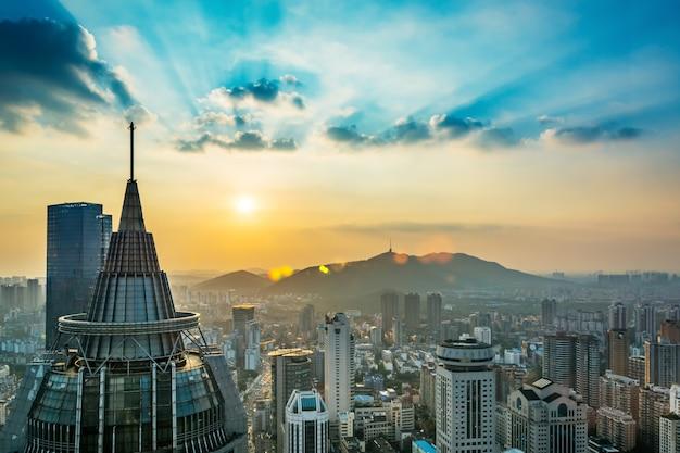 目的地の都市の繁華街の美しい空間