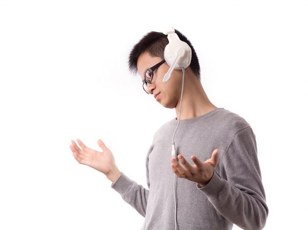 十代の男性の顔ヘッドフォン大声