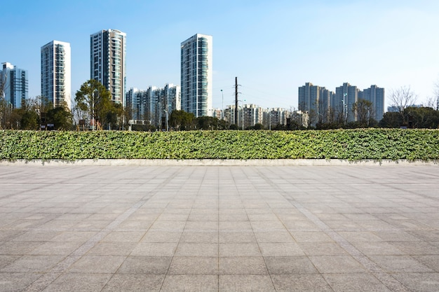 超高層ビルの青い正方形の商業