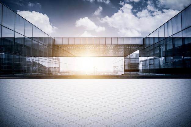 現代的なビジネスオフィスビルと空の階