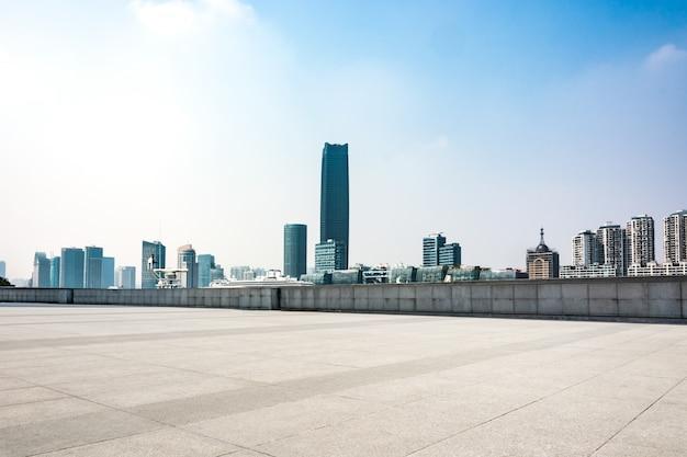 現代的な建物の空の床の正面