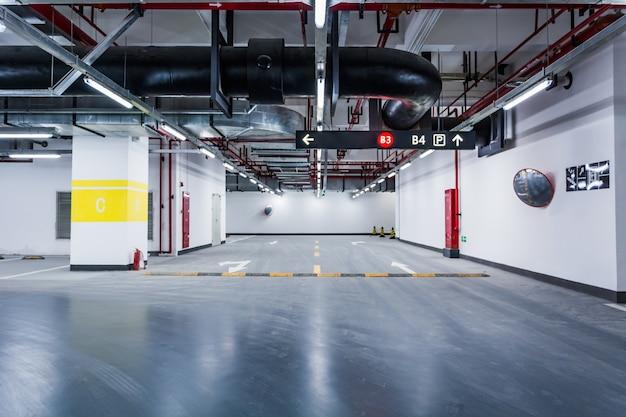 空の地下駐車場