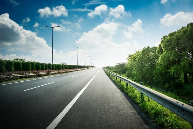 Летняя проселочная дорога