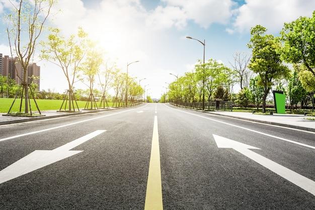 Асфальтированная дорога и лес