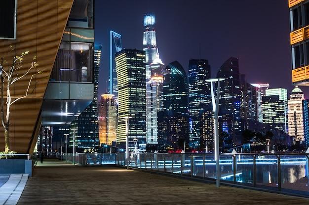 現代のスカイラインと上海の夜の建物と空の床
