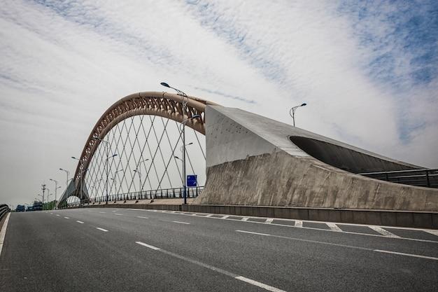 現代の橋の夜
