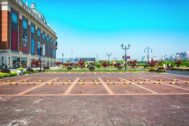 Пустая парковка, парковочная полоса на открытом воздухе в общественном парке