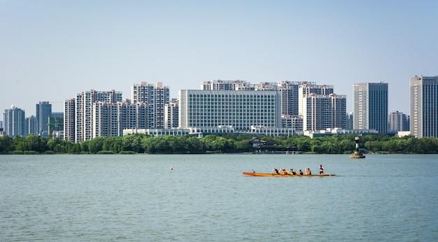 Город рядом с озером