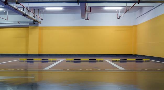 黄色の駐車場