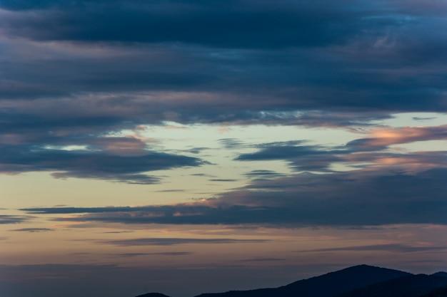 Огненное оранжевое небо заката. красивое небо.