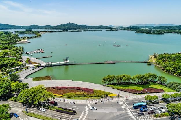 Городской парк с озером