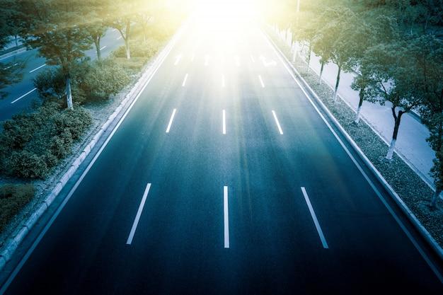 四車線の高速道路