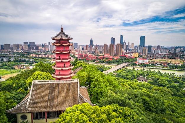山の上にある中国の古い塔