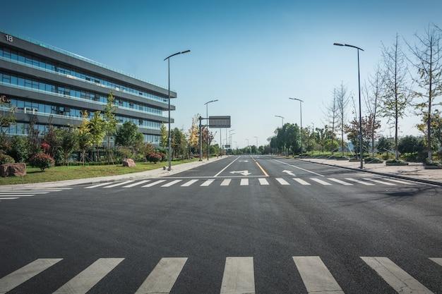 近代的なブダペスト地区のオフィスビルのある路地