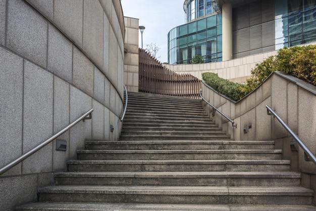 蘇州の屋外の灰色のコンクリート階段