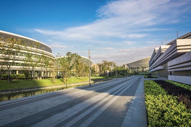 近代的な都市の都市景観と空のれんが造りの床