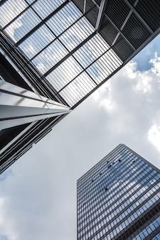 中国の昆山経済圏の近代的な商業ビルを見上げる