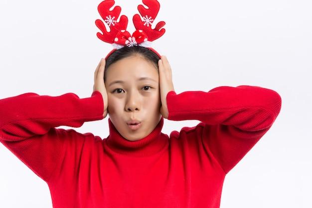 Смешная молодая женщина санта в шляпе рождество, держа рот широко открытыми, прыгает распространяя руки и ноги изолированы.
