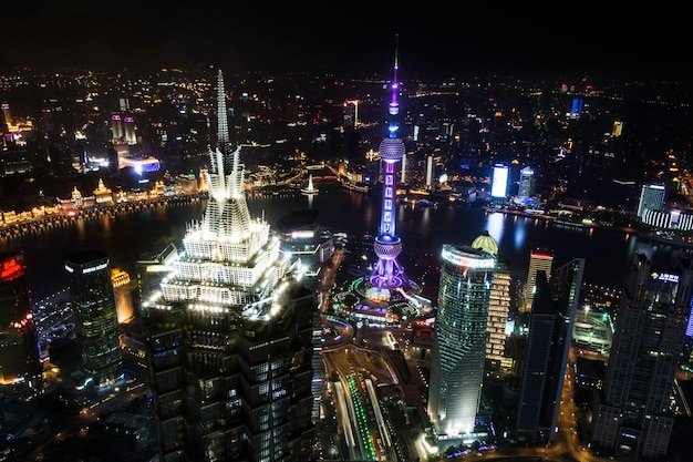 美しく、オフィスの高層ビル、浦東、上海、中国の夜景都市の建物。