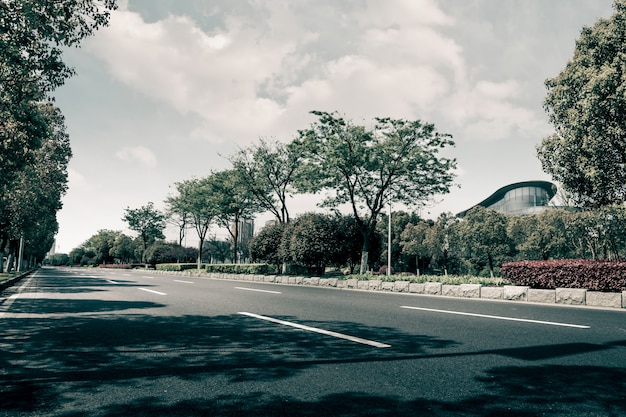 空の曲がった道、青い空と雲