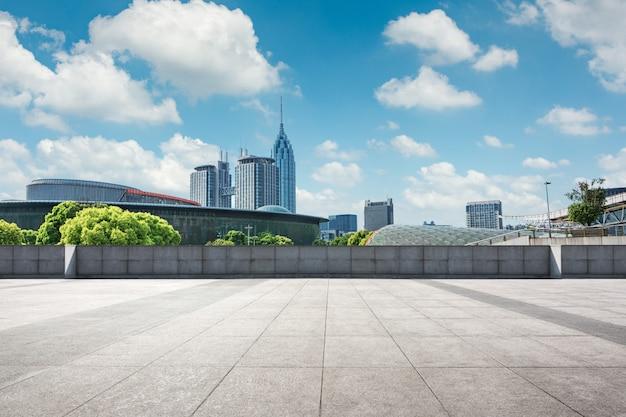 空の正方形の床と都市公園の緑の山の自然風景