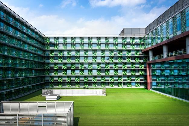 Офисное здание и газон