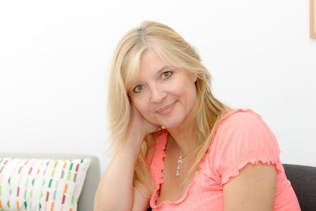 Портрет зрелой улыбающейся белокурой женщины