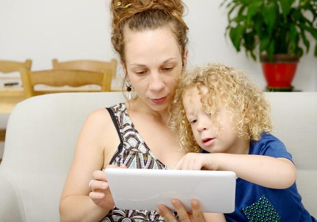 子供と彼女のお母さんはタブレットを使います