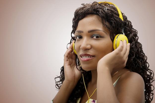 アフリカの女性が音楽を聴く