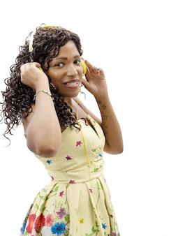 アフリカの女の子が音楽を聴く