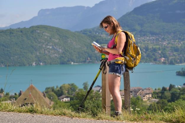 若い女性がフランスアルプスでハイキングします。