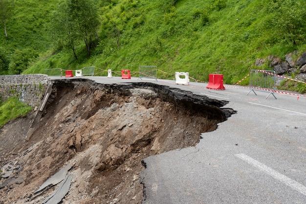 フランスのピレネー山脈の道路の崩壊