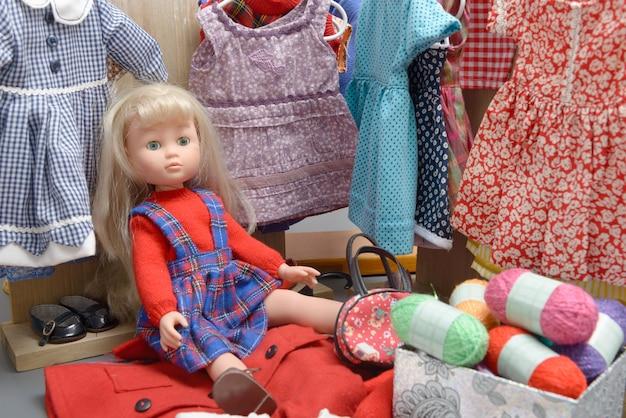 いくつかのドレスと人形