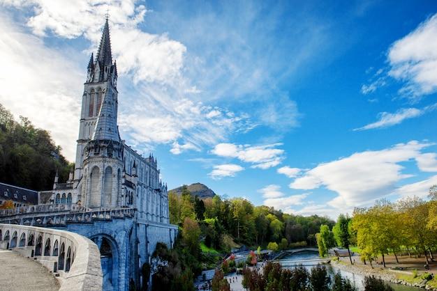 Вид на собор-святилище лурда (франция)