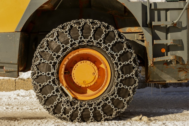雪の中でチェーン付きトラクタータイヤ