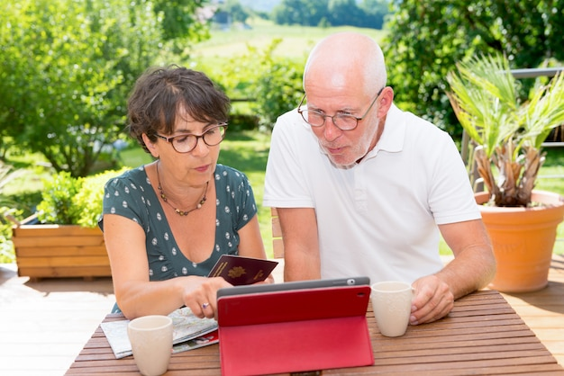 年配のカップルの休暇旅行の準備