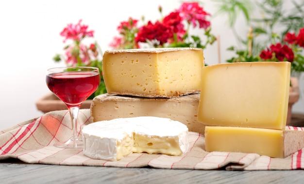 ワインのグラスとさまざまなフランスチーズ