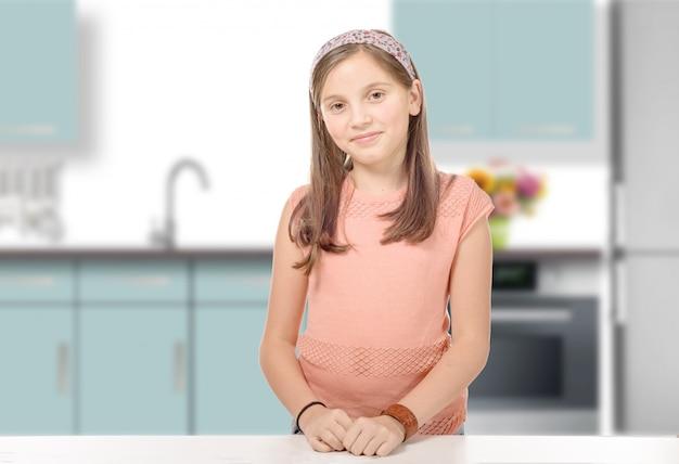 キッチンで笑顔の若い女の子