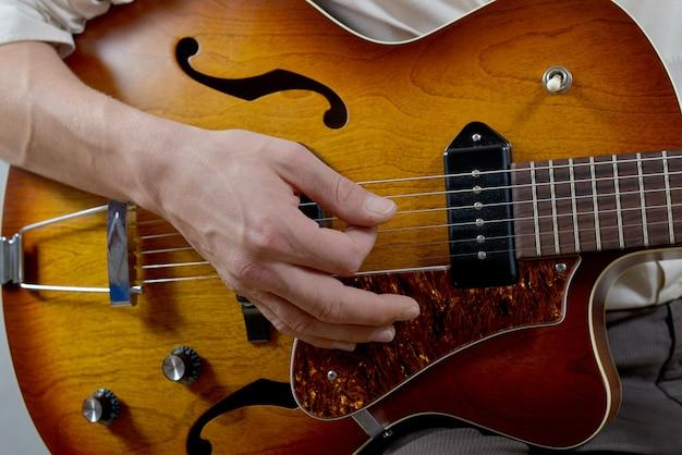 ギタープレーヤーのクローズアップ