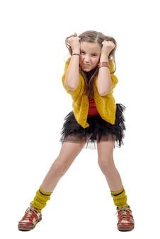 流行に敏感なスタイルで怒っているプレティーンの女の子