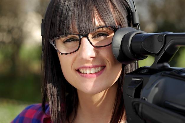 プロのカメラを持つ若い女性