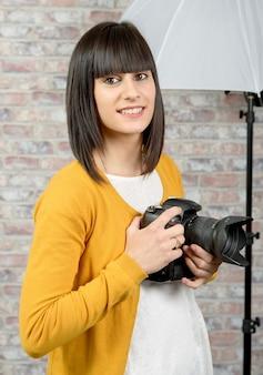 カメラを持つカメラマン