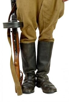 兵士の足元にあるソビエト短機関銃
