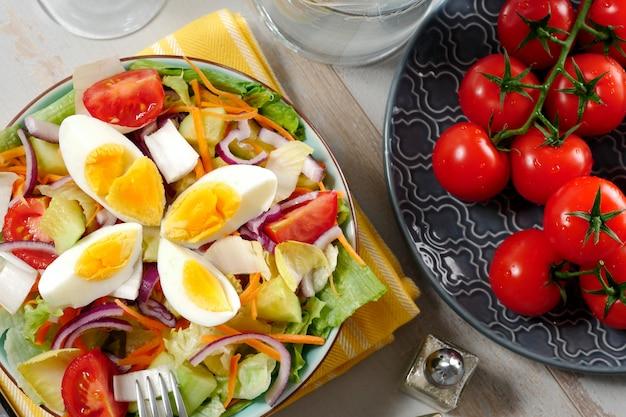 Тарелка овощного салата с яйцами