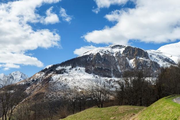 春のフランスのピレネー山脈の山の風景