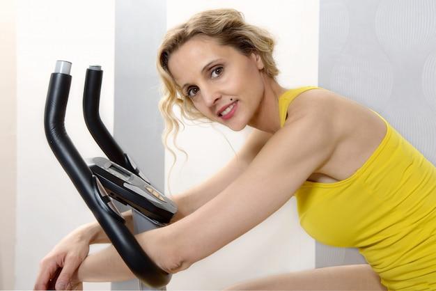 自宅でエアロバイクに合う女性