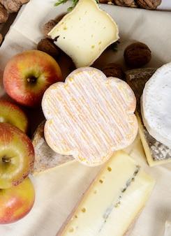 いくつかのリンゴと異なるフランスチーズ