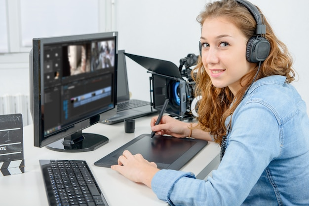 Молодая женщина дизайнер, используя графический планшет для редактирования видео