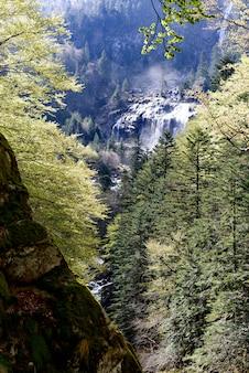 フランスのピレネー山脈のアルスの滝
