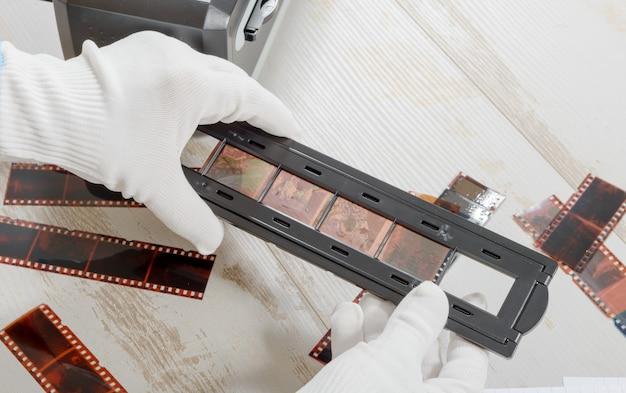 技術者がネガフィルムをスキャンする